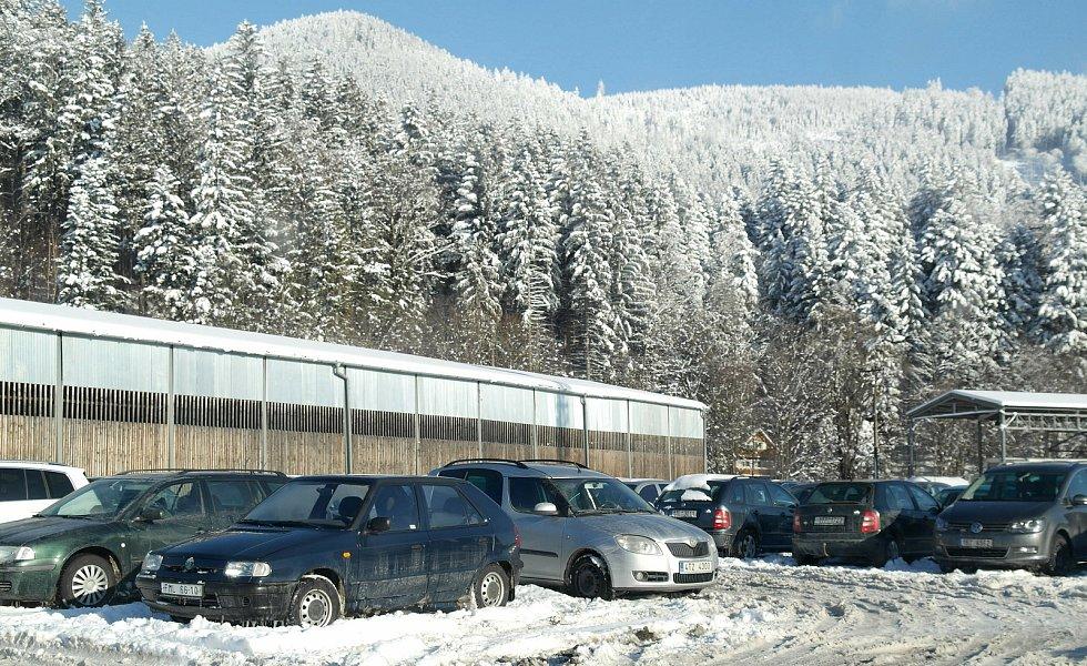 Takto vypadalo parkování v obci Ostravice pod Lysou horou  odpoledne o valentýnské únorové neděli.