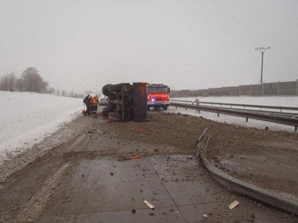 Několikahodinové omezení si ve čtvrtek 17.ledna před desátou hodinou dopoledne vyžádala dopravní nehoda poblíž Nošovic na Frýdecko-Místecku.
