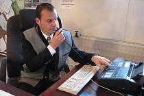 Starosta Metylovic Lukáš Halata ve své kanceláři.