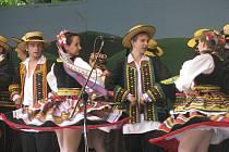Návštěvníci folklorních slavností Gorolski Święto mohou také obdivovat pestrost krojů vystupujících souborů.