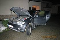 Požárem poškozený automobil.