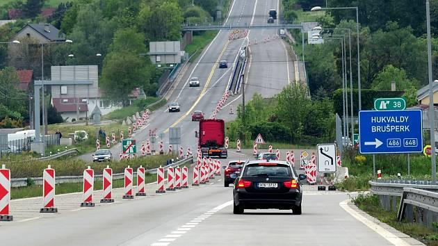 Dopravní značení upozorňuje motoristy na omezení, přesto je lokalita podle odborníků nebezpečná. Svědčí o tom zvýšený počet dopravních nehod.