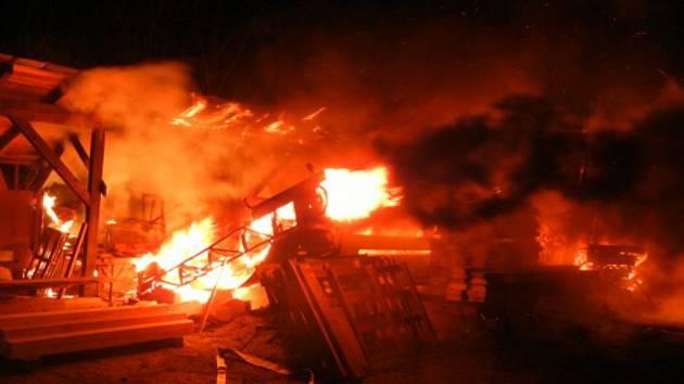 Požár stolárny v Návsí.