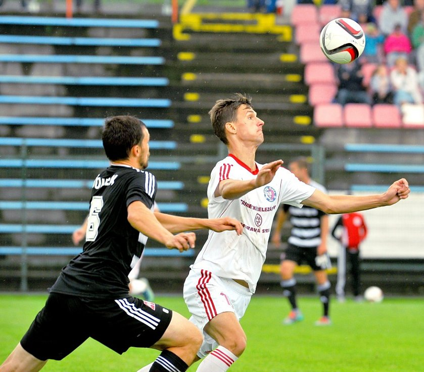 Druholigové fotbalisté Třince (v bílém) letošní vstup do FNL nezvládli, když na domácím trávníku prohráli s Českými Budějovicemi 0:2.