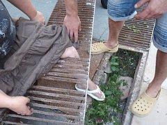 Noha zůstala v roštu.