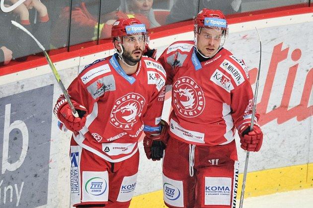 Útočník Roman Vlach (vpravo) je nadále třineckým Ocelářem.