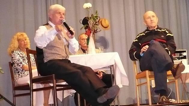 Petr Nárožný (vpravo) během vystoupení s dalšími umělci v pořadu Zpívejte, lidičky.