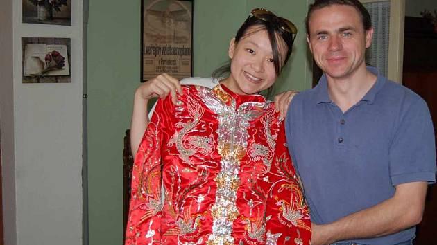 Sochař Emil Adamec se svou ženou To Lai Ha.