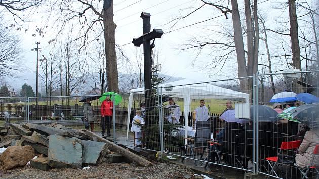 Bohoslužba u vyhořelého kostela v Gutech.