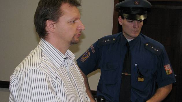 Richard Kahánek strávil prvních 19 dnů po nehodě v opavské psychiatrické léčebně, poté už putoval do vazby. V pondělí ho soud poslal na 3,5 roku za mříže.