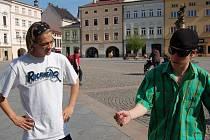 Marek Coufal (vlevo) se domlouvá s kolegou ze skupiny Funky Beat na tanečních kreacích před vystoupením na náměstí Svobody v Místku.