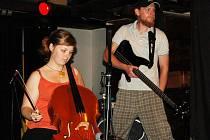 Baskytarista Honza Válek (vpravo) to s kapelou Slepí křováci umí pořádně rozjet.