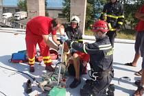 Záchrana zraněného muže na střeše.