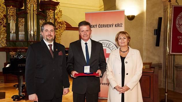 Petr Král (na snímku uprostřed) při loňském předání plakety Dar krve – dar života v Praze.