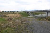 Po obchvatu mezi Nebory a Bystřicí se jezdí už dva roky, v Neborech ale cesta končí. Právě tady se má nová silnice napojit a vést až do Třanovic k dálnici D48.
