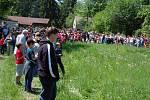 """Lidé utvořili kruh kolem jedličky. Čekají na rituál zvaný """"Miyszani łowiec""""."""