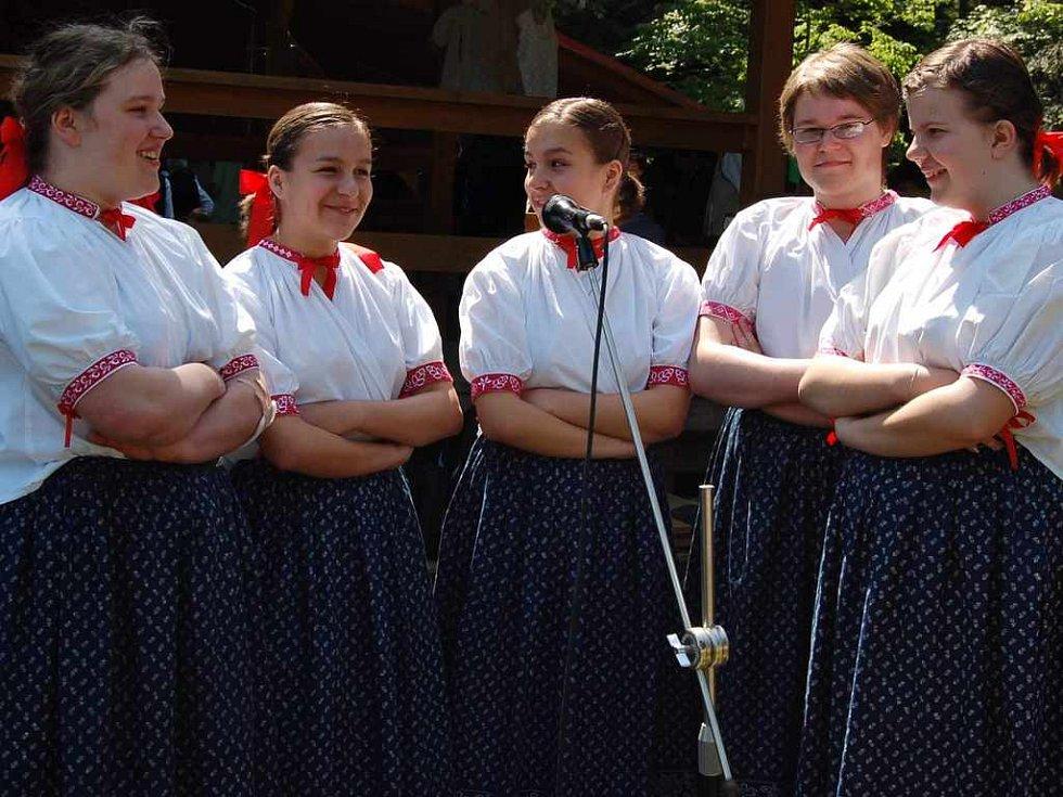 Návštěvníky potěšil folklorní soubor Lipka z Jablunkova. Zleva Izabela Jachnická, Anna Drongová, Natalia Drongová, Anna Gorylová a Urszula Jachnická.