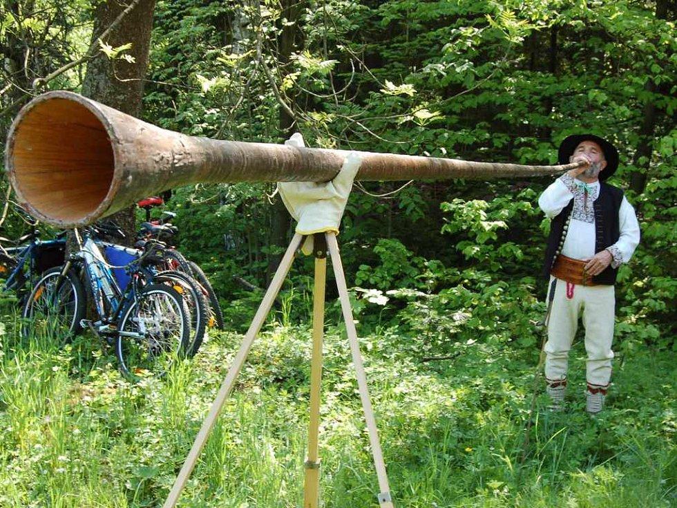 Jan Czepiec z Jablunkova ukázal vlastnoručně vyrobenou trombitu. Podle něj jde o mobil salašníků.