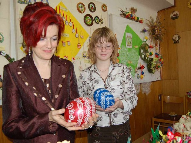 Světlana Šipulová a její dcera ukazují kraslice z pštrosích vajec na výstavě v Morávce