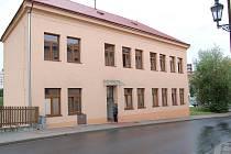 Pracovníci Centra pečovatelské služby se nechtějí smířit s tím, že na místo zodpovědné ředitelky Jaroslavy Najmanové nastoupí Eliška Adamová.