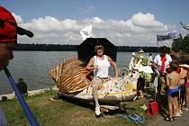 Netradiční plavidla si lidé mohli v loňském roce prohlédnout na břehu přehrady.