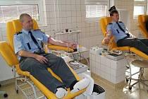 Policisté na transfůzní stanici v Třinci.