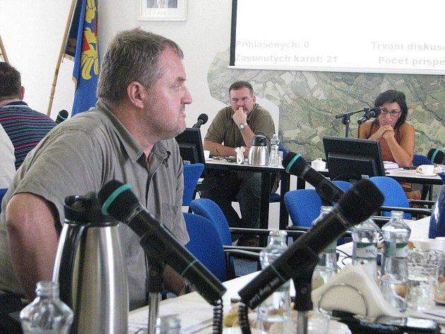 Igor Petrov říká, že pokud vláda schválí to, co připravilo ministerstvo, pak se příprava I/11 zastaví. Vzadu starostka Věra Palkovská a místostarosta Ivo Kantor. .