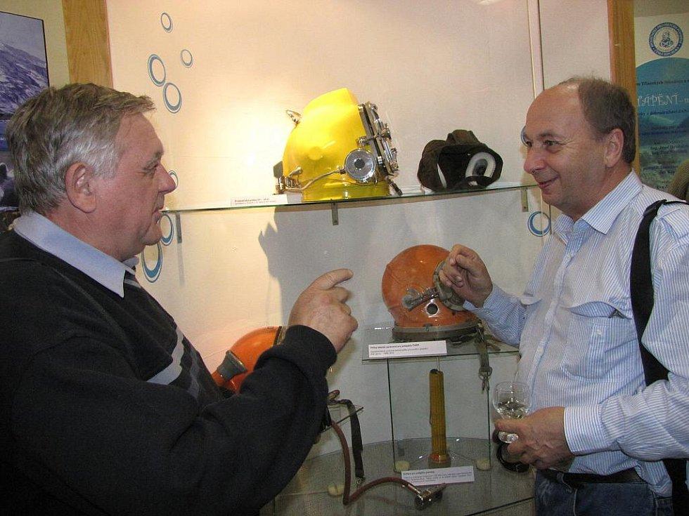 Výstava s potápěčskou tématikou v Muzeu Třineckých železáren v Třinci. Jiří Trpík a Petr Katz (vpravo)