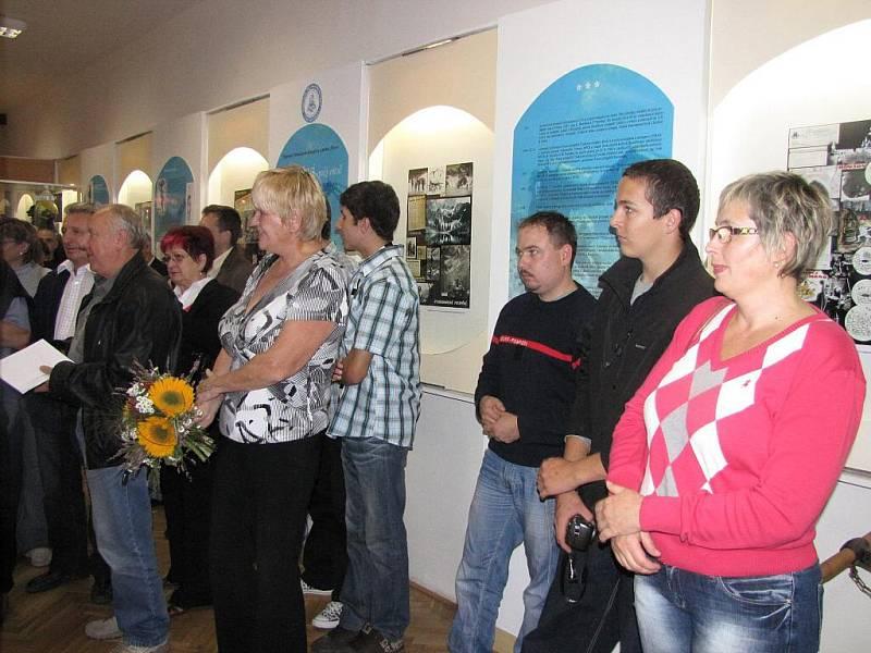 Výstava s potápěčskou tématikou v Muzeu Třineckých železáren v Třinci. Vpravo Ingrid Walicová