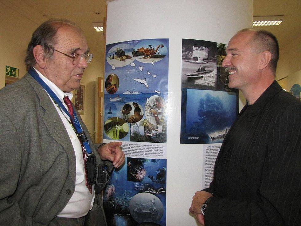 Výstava s potápěčskou tématikou v Muzeu Třineckých železáren v Třinci.  Vpravo Roman Kudela