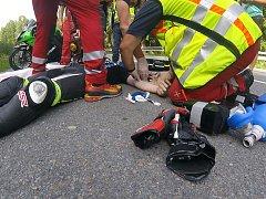 Poskytování první pomoci zraněnému motorkáři.