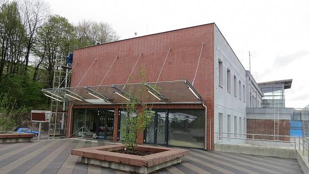 Prostory nádražní budovy v Třinci se zaplňují. Do pravého křídla objektu se v minulých dnech přestěhovala Regionální rada Třinec a Hospodářská rozvojová agentura Třinecka (HRAT).