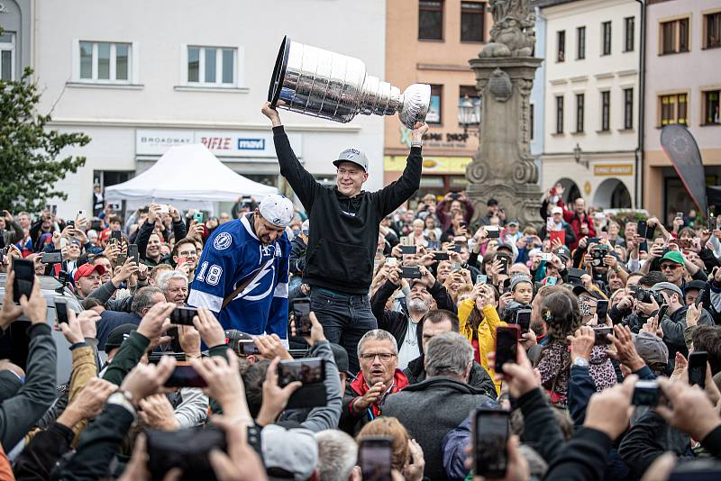 Hokejista týmu zámořské NHL Tampa Bay Lightning Ondřej Palát přivezl do rodného Frýdku-Místku Stanleyův pohár, 1. září 2021.