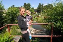Denisa Hermanová se svou dcerou v Žermanickém parku, který provozuje s celou rodinou.