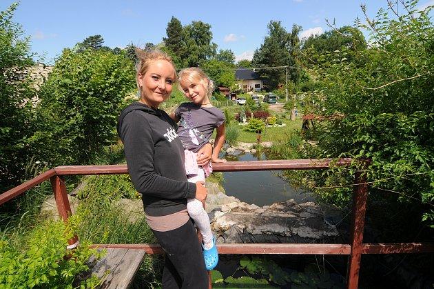 Denisa Hermanová se svou dcerou vŽermanickém parku, který provozuje scelou rodinou.