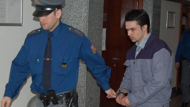 Eskorta odvádí Jaromíra Pasečného ze soudní síně.