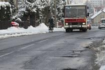 Na tyto díry si musejí dávat řidiči pozor, pokud jedou po Palkovické ulici ve Frýdku-Místku.