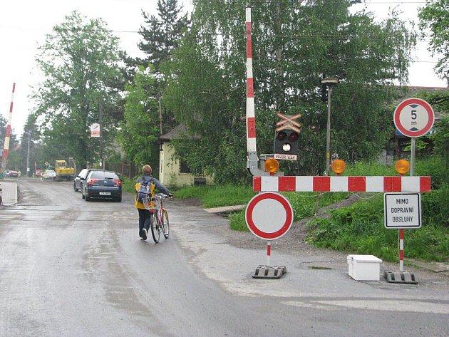 Uzavírka komunikace za železniční stanicí ve Vendryni by měla skončit do 14. června. Pokud je to možné, cestu využívají místní obyvatelé.