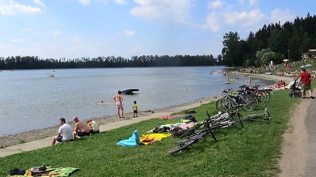 Přehrada Baška je oblíbené místo k rekreaci a koupání.