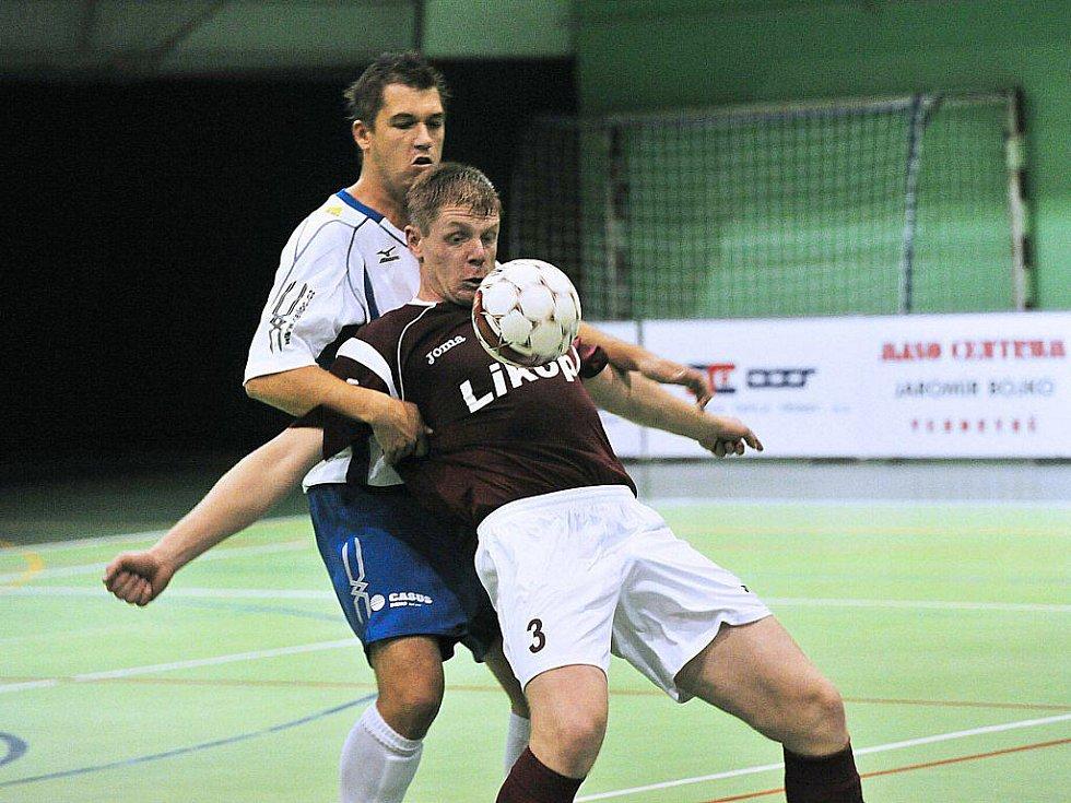 Prvoligoví futsalisté Třince (tmavé dresy) rozstříleli v úvodním kole na domácí palubovce Helas Brno 8:3.