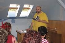 V Modrém salonku frýdecko-místecké městské knihovny vystoupil v pátek 29. dubna Jan Burian se svým pořadem Ekologie duše.
