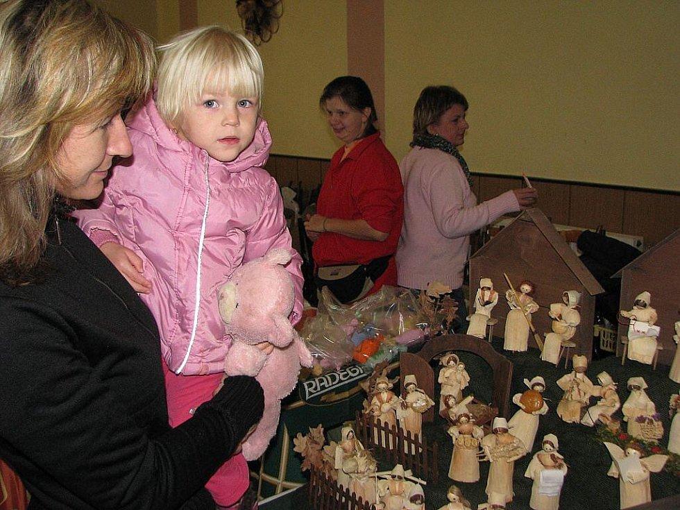 Stovky lidí zamířily v sobotu 7. listopadu na šestý Jarmark řemesel v Krmelíně. Betlém z kukuřičného šustí zaujal i tyto návštěvníky.
