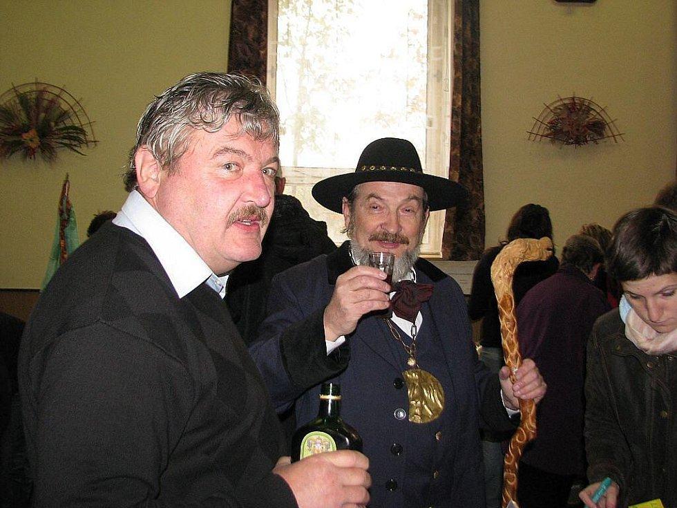 Stovky lidí zamířily v sobotu 7. listopadu na šestý Jarmark řemesel v Krmelíně. Zdeňa Viluš I. alias Zdeněk Krulikovský ochutnává lašský bylinný likér, vlevo starosta Václav Zezulka.