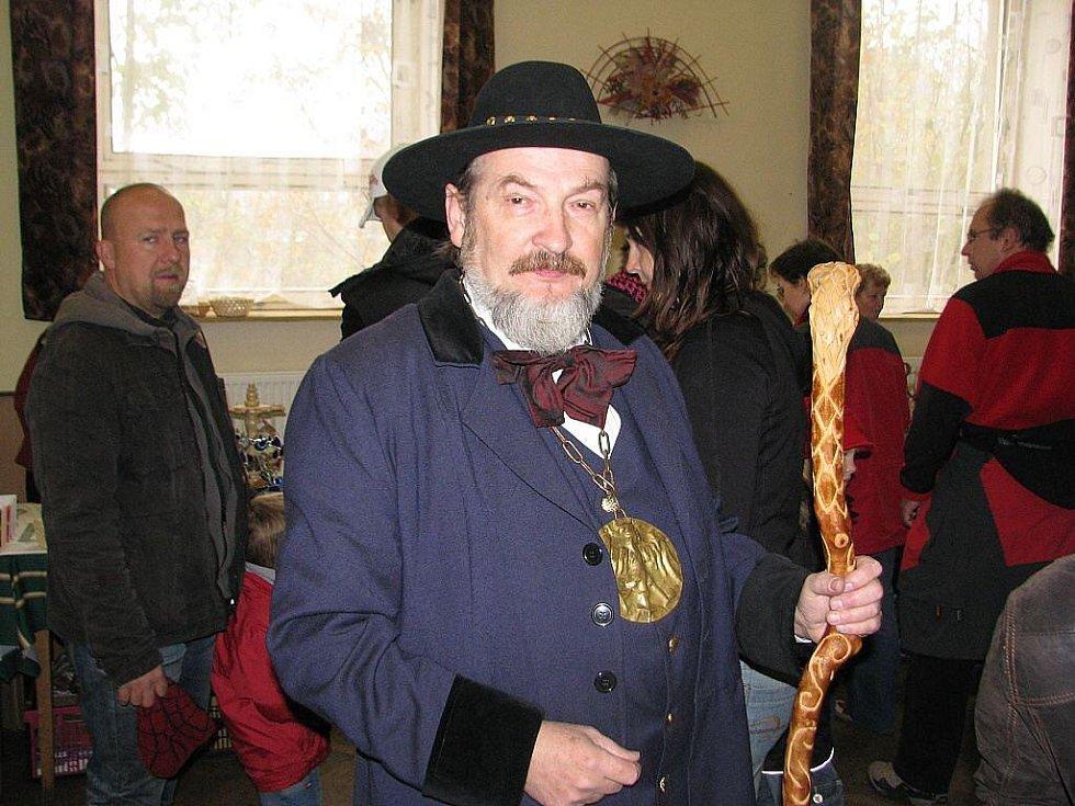 Stovky lidí zamířily v sobotu 7. listopadu na šestý Jarmark řemesel v Krmelíně. Lašský král Zdeňa Viluš I. alias Zdeněk Krulikovský,