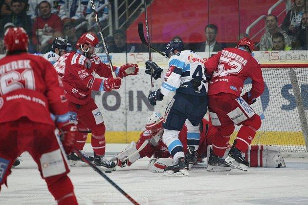 Třinečtí hokejisté (včerveném) ovládli úvodní duel finále na ledě Liberce.