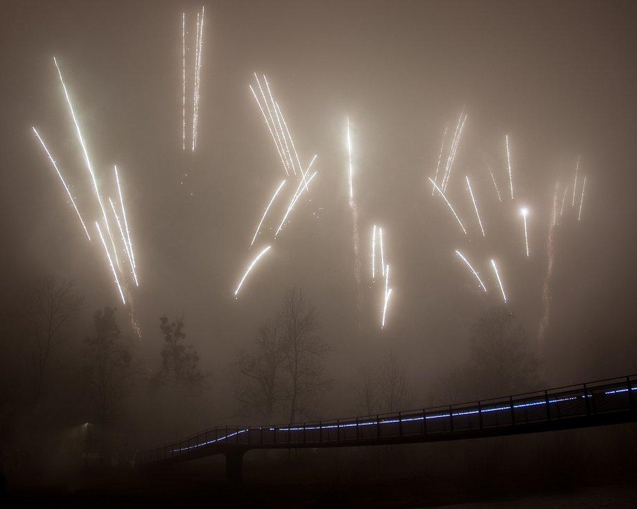 Novoroční ohňostroj ve Frýdku-Místku, 1. ledna 2021.
