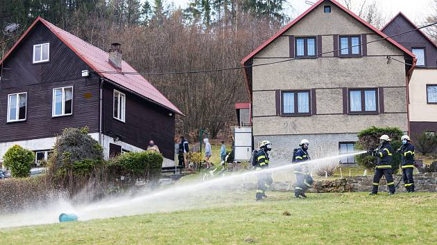 Zásah hasičů v Komorní Lhotce u požáru propanbutanové láhve.
