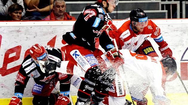Hokejisté Třince (v černém) podlehli doma Olomouci.