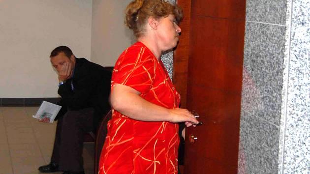 Dana Bartulcová na archivním snímku vchází do soudní síně. V pondělí k jednání nepřišla, požádala, aby senát jednal v její nepřítomnosti.