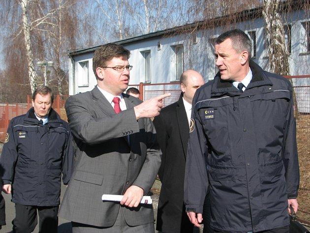 Ministr spravedlnosti Jiří Pospíšil navštívil areál někdejšího azylového střediska, ze kterého by měla vzniknout věznice